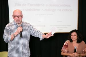 O escritor e antropólogo Luiz Eeduardo Soares e a mediadora do evento, jornalista Anabela Paiva / Foto Paula Giolito